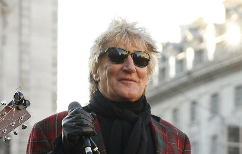 After Rod Stewart hears a street artist's talent - He can't help himself but to join in